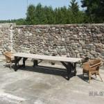 Uteplatsen med nygamla möbler. Bordet ihopsnickrat förra sommaren och bänken från tiden i Katrineholm.